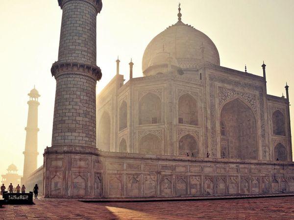 taj-mahal-scene-india_53950_990x742